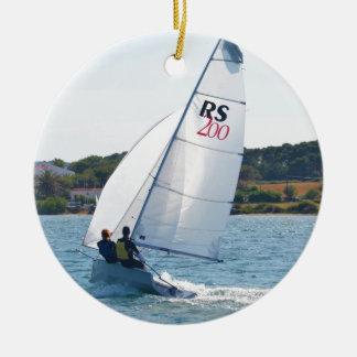 Competir con el bote a la velocidad adorno navideño redondo de cerámica