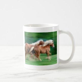 Competir con la taza de cerámica de los caballos