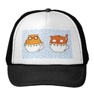 Compinches de la taza de té del búho y del gato en gorros bordados