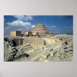 Complejo de Djoser incluyendo la pirámide del paso Poster