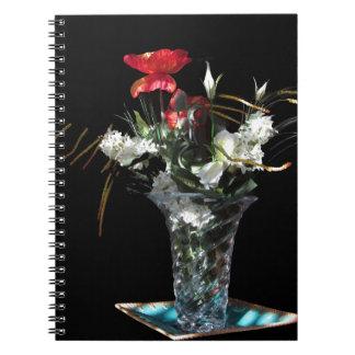 Composición de flores en fondo negro libros de apuntes