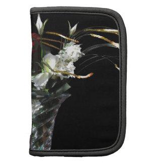 Composición de flores en fondo negro organizador