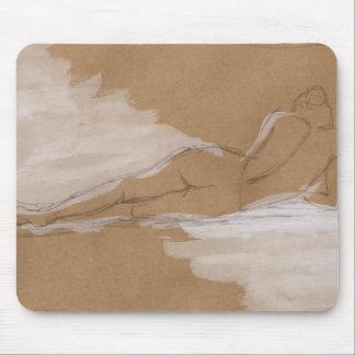 Composición desnuda femenina que miente en cama alfombrilla de ratón