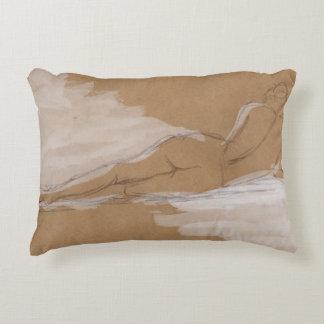 Composición desnuda femenina que miente en cama cojín
