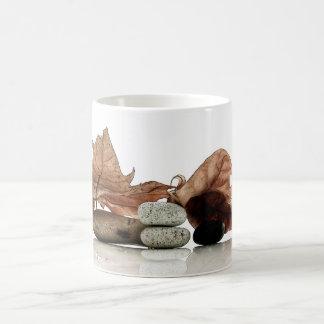 Composición otoñal del zen taza de café