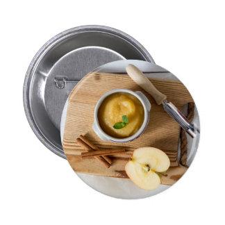Compota de manzanas con canela en cuenco del gres pin redondo de 2 pulgadas