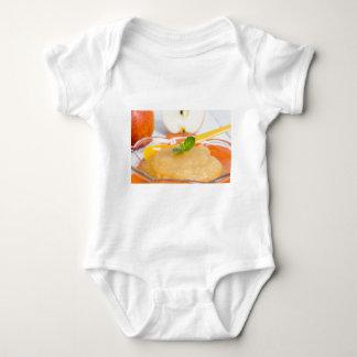 Compota de manzanas con la cuchara del canela y poleras