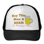 Compre a este hombre una cerveza que su boda está  gorros