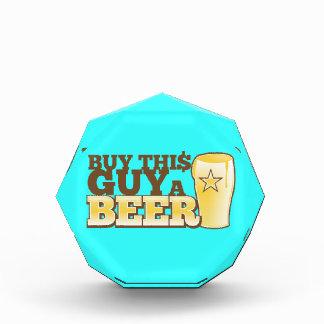 ¡Compre a este individuo una cerveza!  de la tiend
