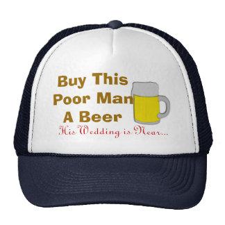Compre a este pobre hombre una cerveza que su boda gorro
