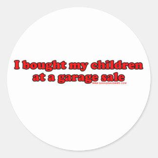 Compré a mis niños en una venta de garaje T Pegatina Redonda