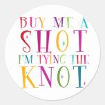 Cómpreme un tiro que estoy atando el nudo etiqueta redonda
