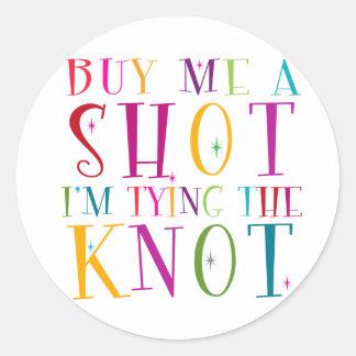 Cómpreme un tiro que estoy atando el nudo pegatina redonda