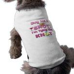 cómpreme un tiro que estoy atando las citas de los camisas de mascota