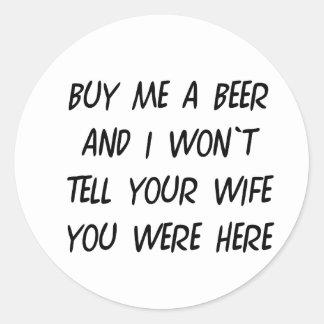 Cómpreme una cerveza pegatina redonda