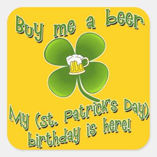Cómpreme una cerveza que mi Birlthday está aquí Pegatina Cuadrada