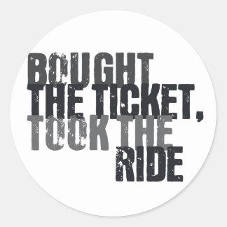 Compró el boleto, tomó el paseo pegatina redonda