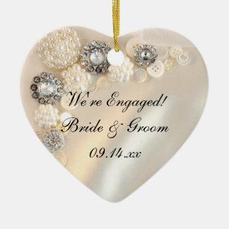 Compromiso blanco de los botones de la perla y del adorno navideño de cerámica en forma de corazón