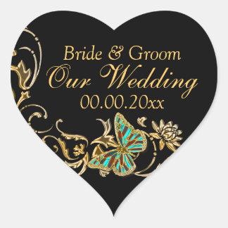 Compromiso negro del boda de la mariposa del oro pegatina en forma de corazón