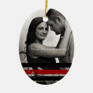 Compromiso negro y rojo de la foto adorno navideño ovalado de cerámica