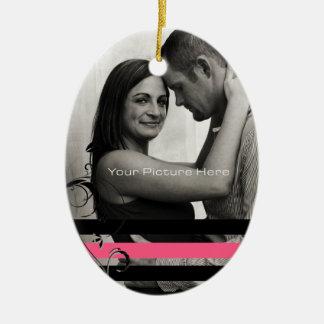 Compromiso rosado y negro de la foto adorno navideño ovalado de cerámica