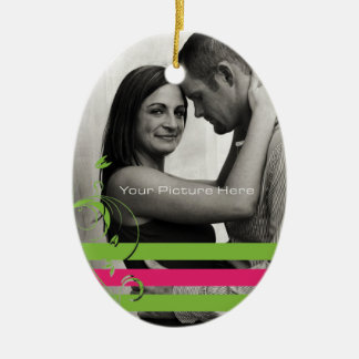 Compromiso verde y rosado de la foto adorno navideño ovalado de cerámica