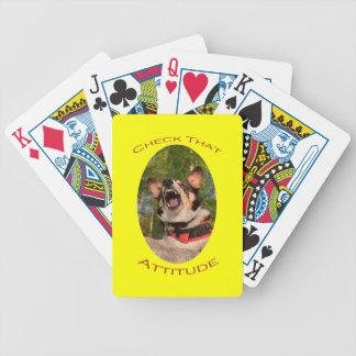 Compruebe esa actitud con el fondo amarillo baraja cartas de poker