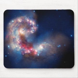 Compuesto colorido de las galaxias de las antenas alfombrillas de raton