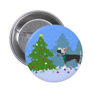 Con cresta chino adornando un árbol de navidad pin redondo de 2 pulgadas