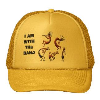 Con el gorra del camionero de la banda