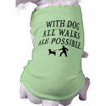 Con el perro camisa de mascota
