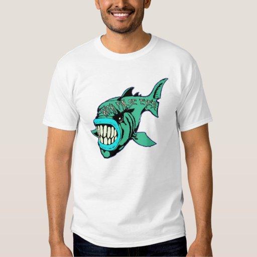 Con la camisa de los pescados de los ojos falsos