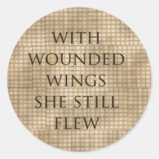 Con las alas heridas ella voló el estímulo pegatina redonda