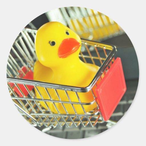 Concepto de goma de las compras del bebé del pato pegatina redonda