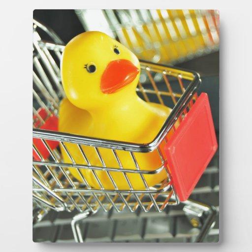 Concepto de goma de las compras del bebé del pato placa de plastico