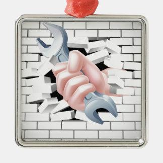 Concepto de la llave inglesa de la mano adorno navideño cuadrado de metal