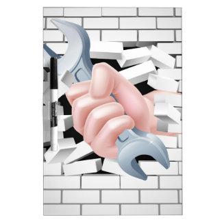 Concepto de la llave inglesa de la mano pizarras blancas