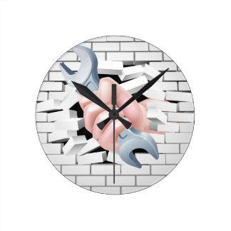 Concepto de la llave inglesa de la mano reloj redondo mediano