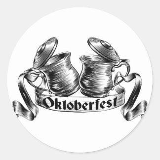 Concepto de Oktoberfest de la tostada de la jarra Pegatina Redonda