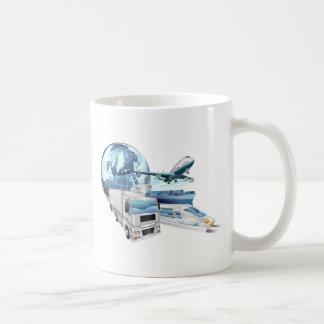 Concepto del globo del transporte de logística tazas de café