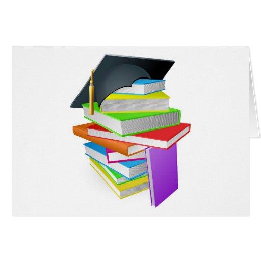 Concepto del gorra de la graduación de la pila del felicitacion
