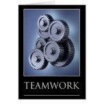 Concepto del trabajo en equipo con las ruedas de e tarjeton