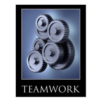 Concepto del trabajo en equipo con las ruedas de e tarjeta postal