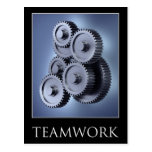 Concepto del trabajo en equipo con las ruedas de postal
