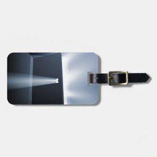 Concepto entornado del haz luminoso de puerta etiquetas maletas