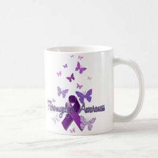 Conciencia del Fibromyalgia (cinta y mariposas) Taza Básica Blanca