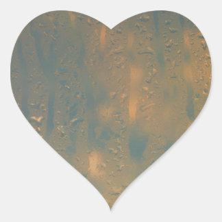 Condensación en la ventana pegatina en forma de corazón