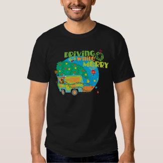 Conducción mientras que felices 2 camisas