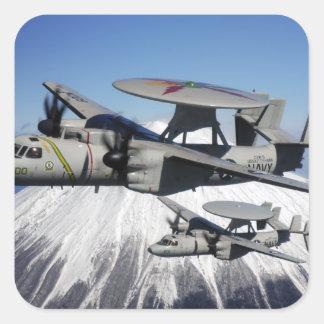 Conducta de dos E-2C Hawkeyes un flyby Pegatina Cuadrada