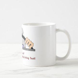 Conductor de la señora mayor tazas de café